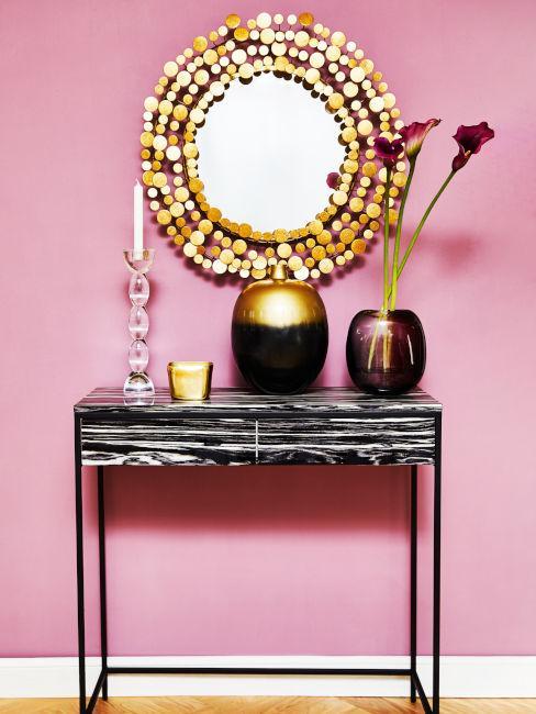 Esempio ingresso soggiorno con parete rosa e nero