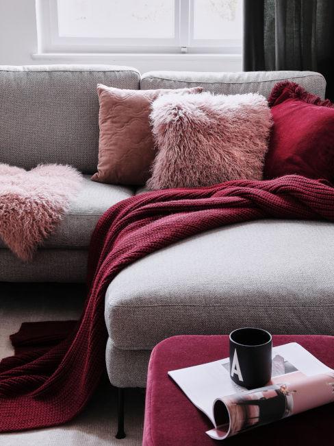 dettaglio divano decorazioni porpora