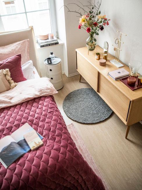 Dettaglio copriletto e mobilecamera da letto