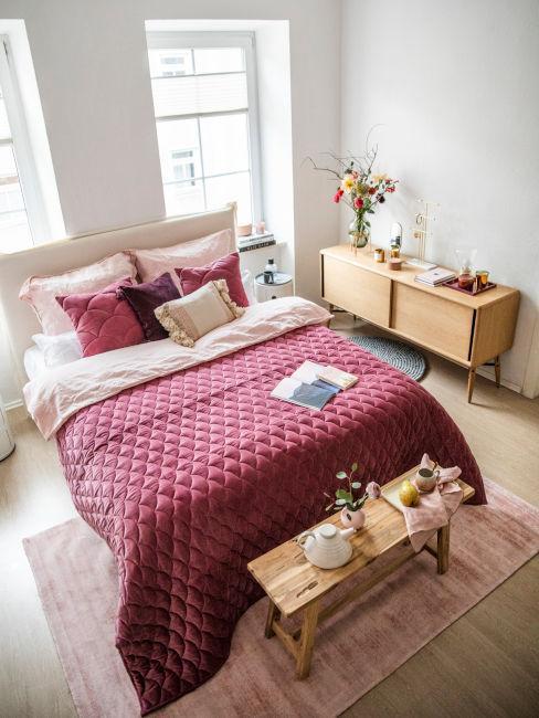 Camera da letto con set copriletto