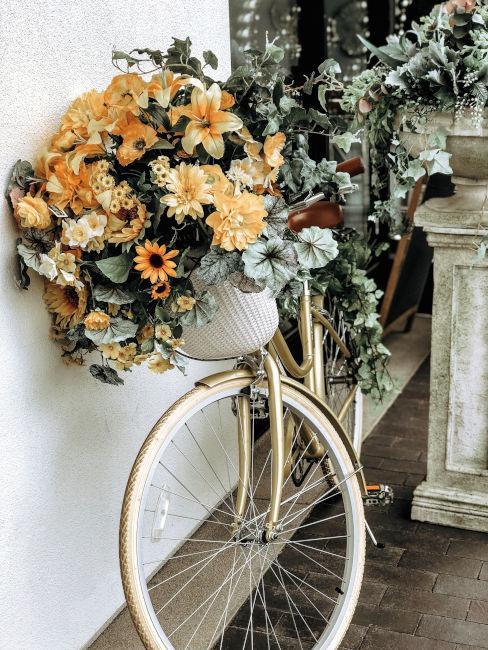bici vecchia usata come decoro da giardino