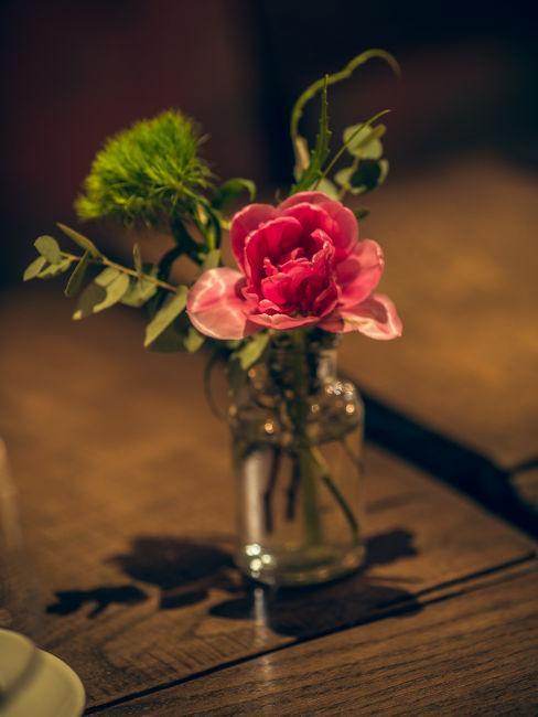 Vaso con fiori rosa e verdi