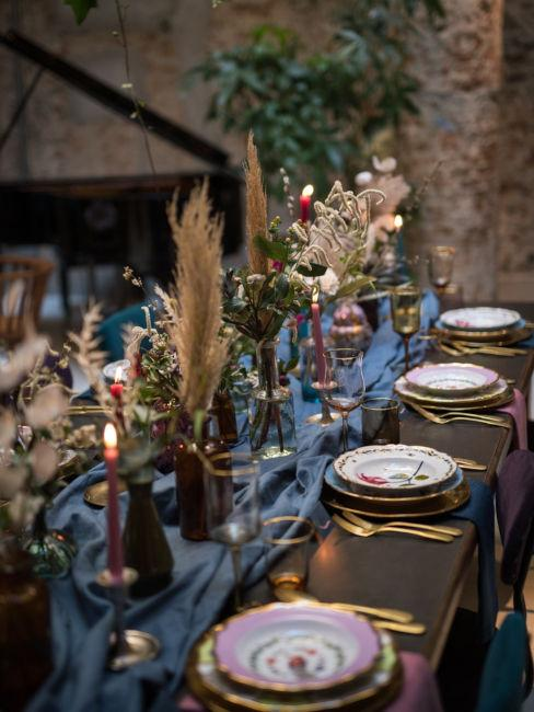 Mise en place con vasi e fiori