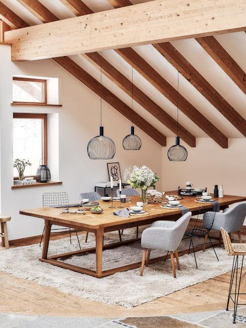tavolo in legno massiccio con lampadari in ferro battuto
