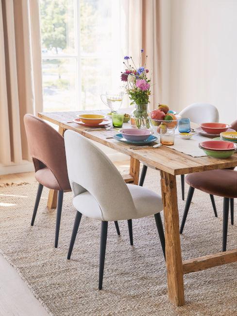 tavolo in legno in sala da pranzo rustica