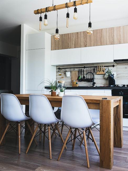 cucina con toni chiari e legno