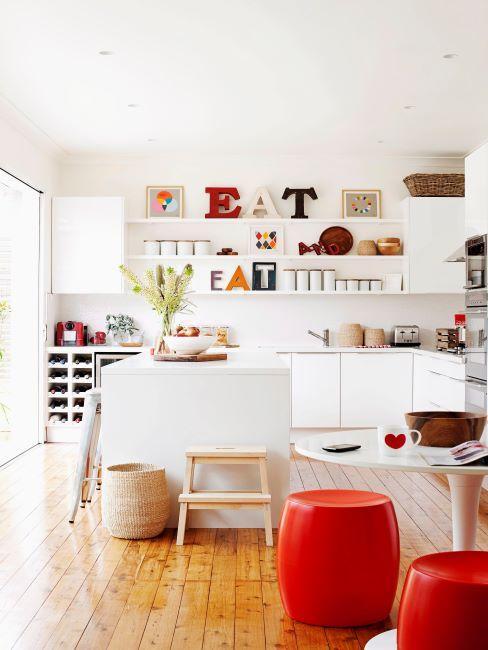 cucina con arredi e accessori rossi