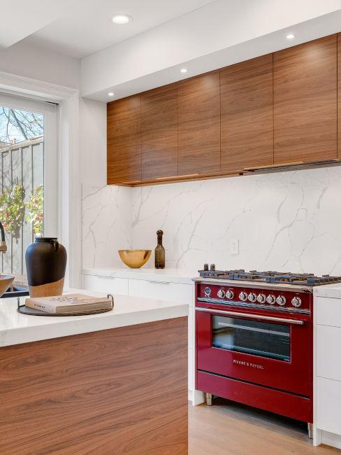 Forno rosso con cucina in legno