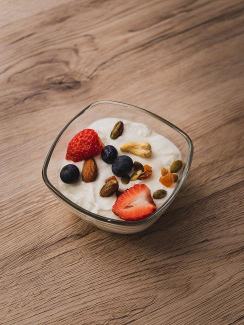 Merenda sana con yogurt e frutta