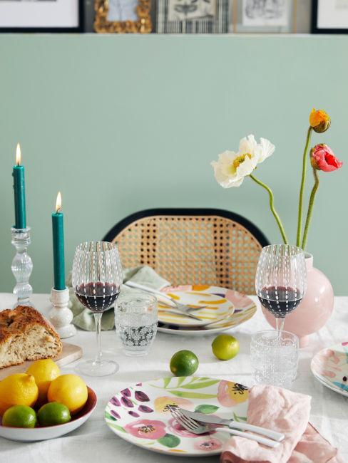 tavola con decoro fiori
