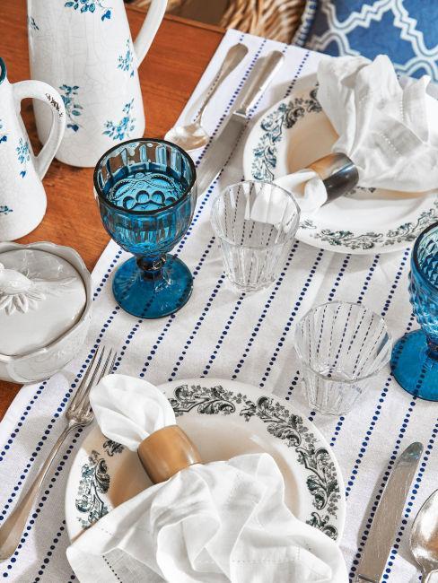 tavola estiva toni blu e bianco