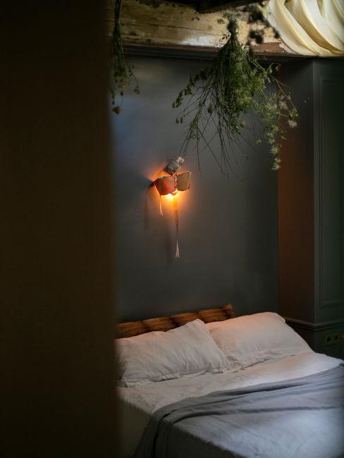 Camera da letto con fiori appesi