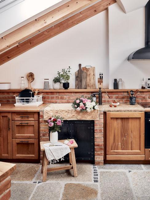 Cucina rustica con pavimento in pietra