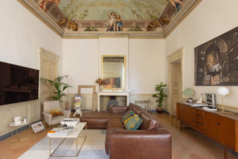 Soggiorno classico moderno con affreschi