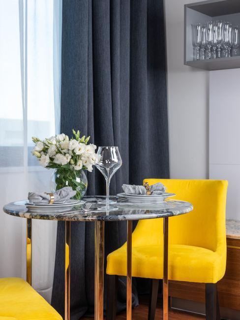 sedia rivestita in giallo