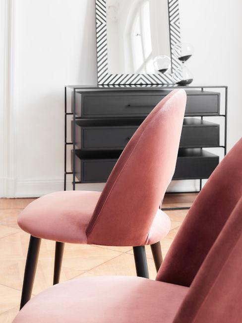 sedia rivestita in rosa