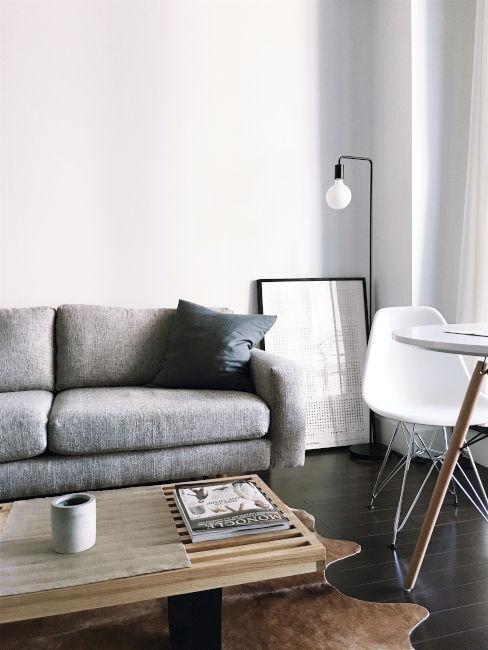 divano grigio e decori bianchi o legno