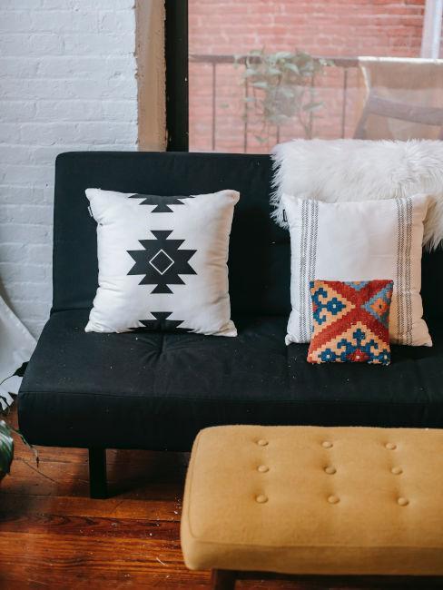Divano con cuscini decorativi stile etnico
