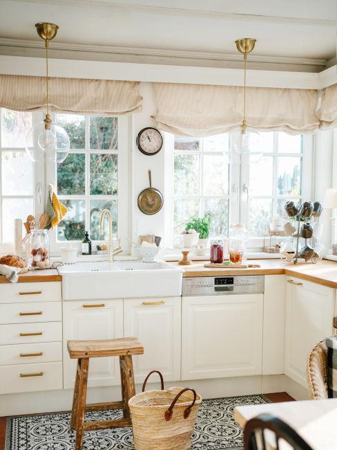 cucina con dining room bianca con inserti legno