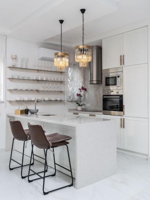 Cucina minimal con lampadari in cristallo