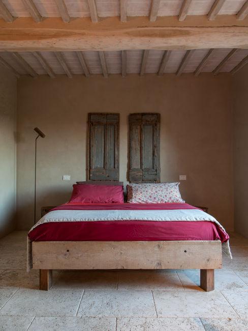 Camera da letto in legno chiaro