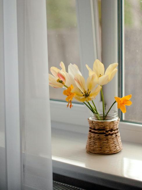 Piccolo vaso con fiori gialli