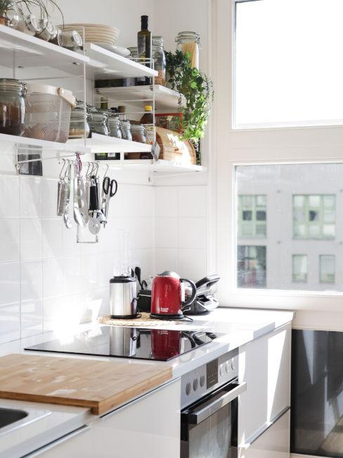 cucina chiara con pensili