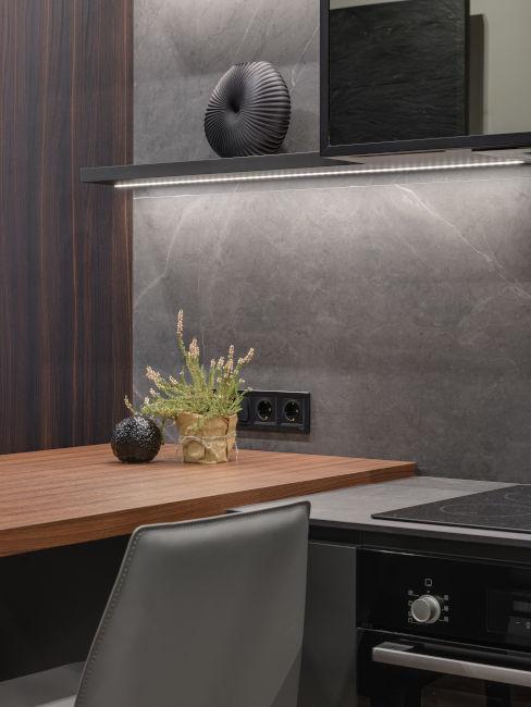 cucina colori neutri e legno con fornello a induzione