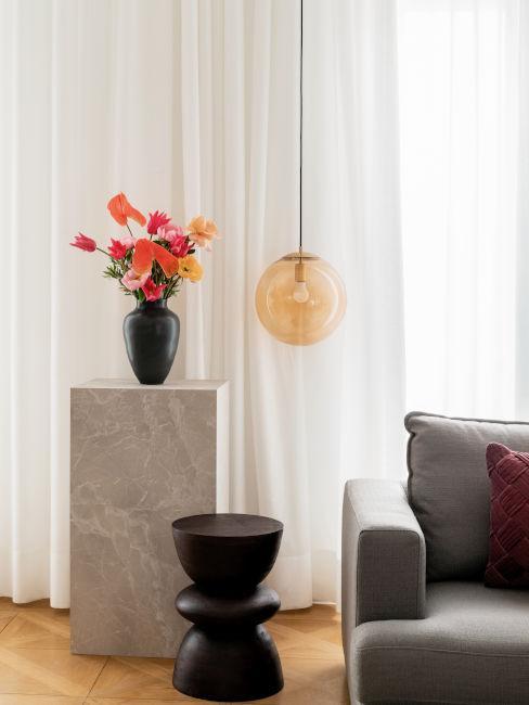 decori moderni e tende chiare per soggiorno