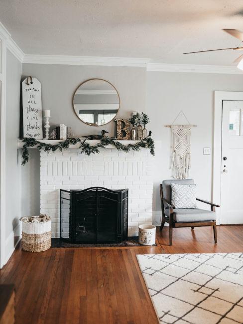 camino nero in soggiorno bianco con parquet