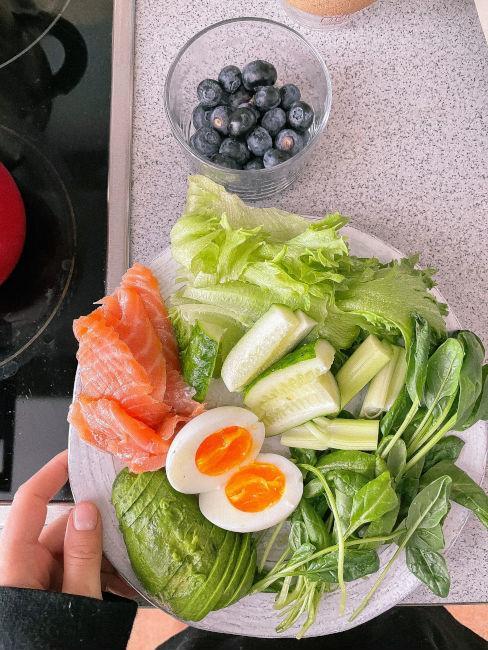 piatto con salmone, cetrioli e avocado