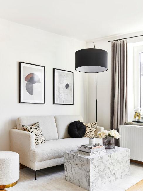 soggiorno chiaro con decorazioni nere e tavolino in marmo