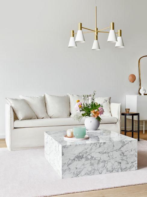 tavolino da soggiorno in marmo e divano bianco