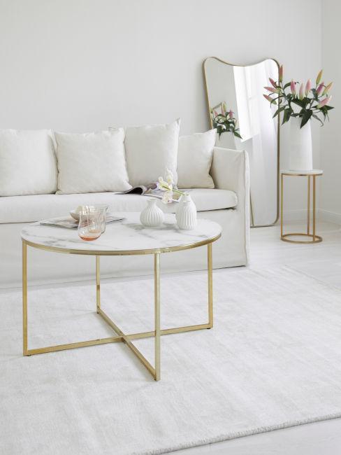 soggiorno con dettagli in oro e marmo e divano bianco
