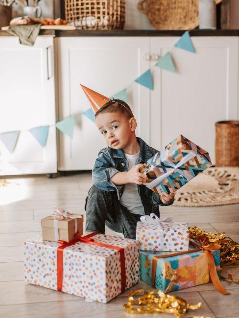 bambino che festeggia il compleanno a casa