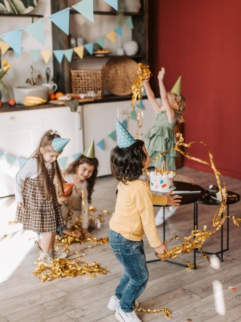 bambini che giocano ad una festa di compleanno