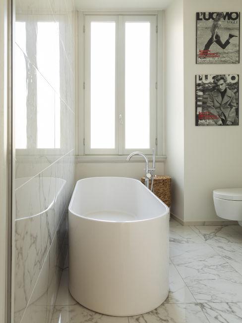 Bagno in marmo bianco con vasca moderna