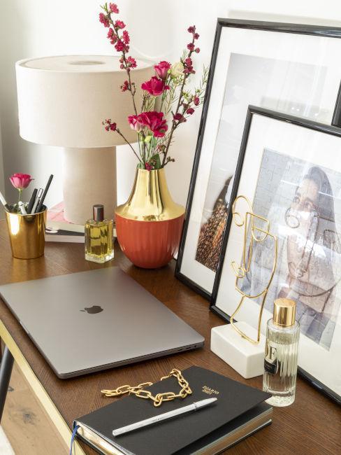 Consolle con computer portatile, lampada e decorazioni