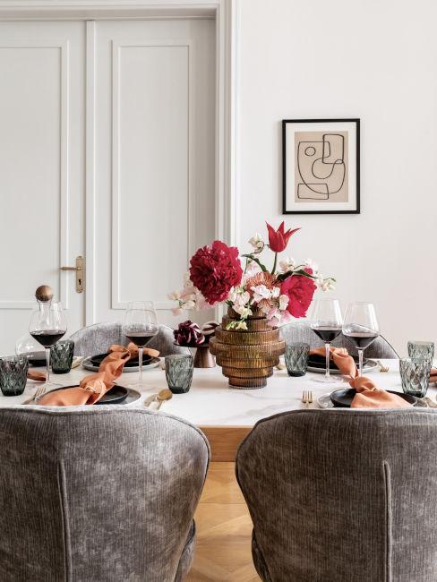 Tavolo da pranzo con sedie in velluto grigio