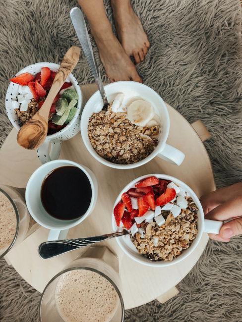 colazione con yogurt, frutta fresca e caffé