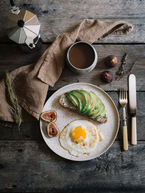 colazione salata con avocado toast e uova