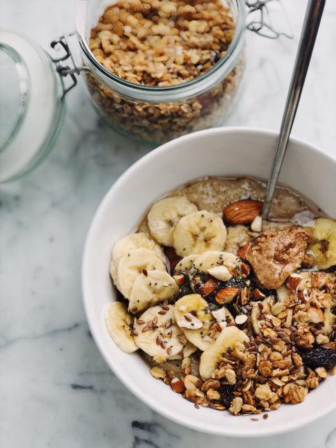 yogurt con cereali frutta secca e fresca