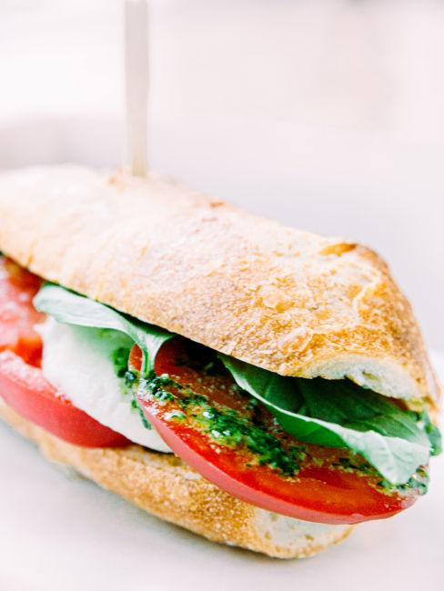 panino mediterraneo con verdure e mozzarella di bufala