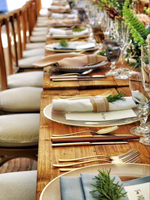 Tavolo in legno apparecchiata in stile rustico