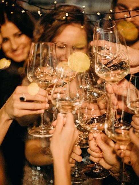 amici che festeggiano con calici di vino