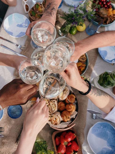festeggiamenti compleanno con vino e buffet