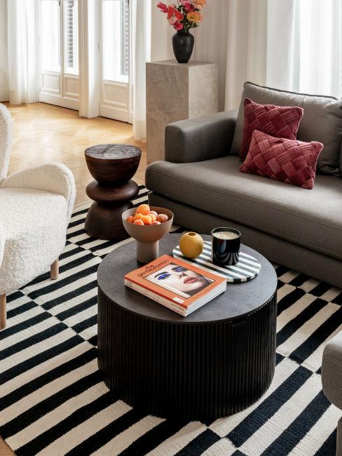tappeto bianco e nero a strisce con arredi degli stessi colori