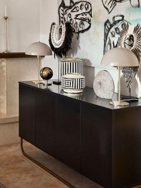 mobile nero con oggetti decorativi bianchi e neri e lampade da tavolo