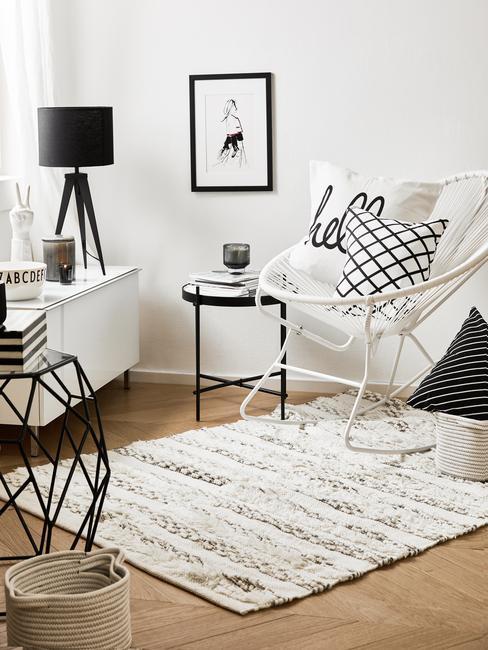angolo lettura soggiorno con contrasto bianco e nero