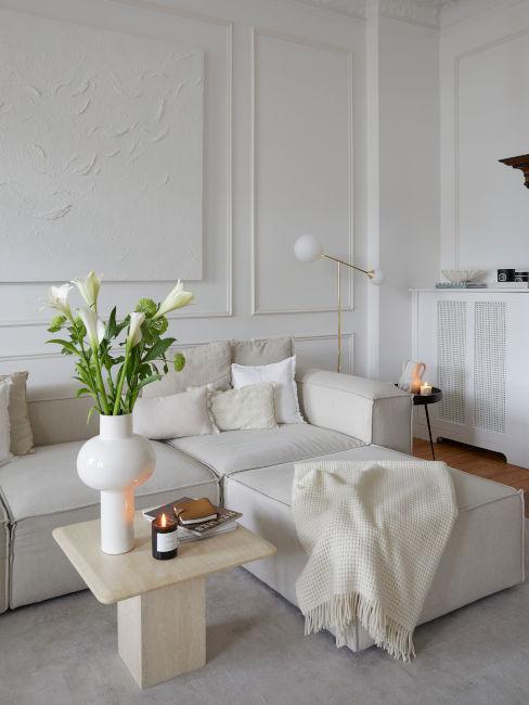 divano con isola chiaro e tavolino beige